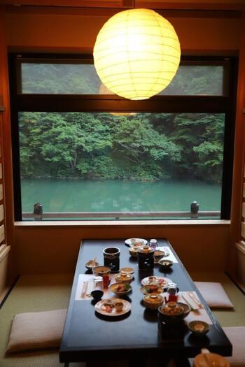 旅館の中は、和の雰囲気たっぷりの落ち着いた空間。冬には囲炉裏も出されます。富山の食材をたっぷり使った食事も人気。レストランやお部屋の窓からは、庄川の清流をじっくり眺めることができますよ。宿泊だけでなく、日帰りでの利用も可能です。