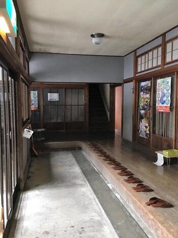 営業していた頃の面影が残る室内。入口には料金を入れるためのカゴが用意されています。昔ながらの廊下を進んだ先に、簡易的な脱衣所があり、そのさらに奥に待望の温泉があります。