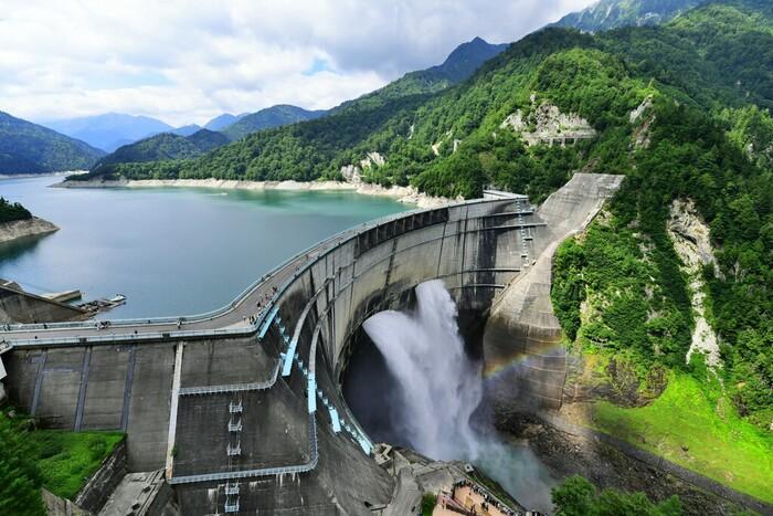 宇奈月温泉まで続く黒部川の上流に位置する「黒部ダム」。北アルプスの山々に囲まれた壮大な景色と、迫力あるダムの放流が人気です。完成までの困難な道のりは、小説やドラマになり語り継がれているほど。「ダムカレー」などのグルメは、ダム人気の火付け役にもなりました。