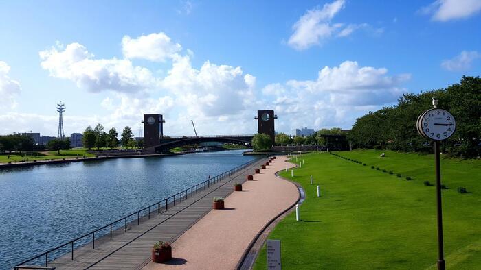 「富岩運河環水公園(ふがんうんがかんすいこうえん)」は富山市内のオアシスのような存在。子どもからお年寄りまで、みんなが心地よく過ごせる空間です。公園の中心を流れる運河では、クルーズを楽しむことも。公園のシンボル天門橋には園内を見渡せる展望台があるほか、長さ58mの赤い糸電話もあります。