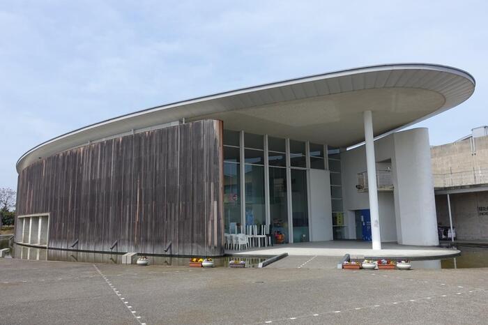 富山市の東隣り滑川(なめりかわ)市は、富山県の名産品ホタルイカの一大産地です。道の駅の隣にある「ほたるいかミュージアム」は、世界にひとつだけのホタルイカの博物館。様々な展示やホタルイカの発光が見られるショーが開催されています。