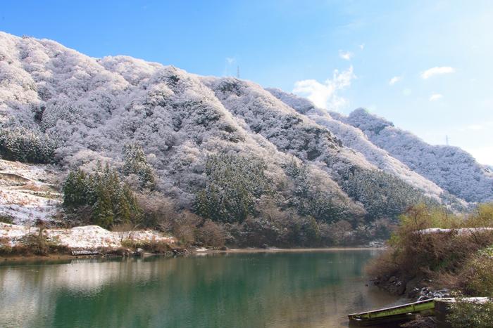 富山県の県定公園に指定されている神通峡(じんづうきょう)の畔に広がる春日温泉郷。温泉宿はわずか2軒の小さな温泉地ですが、それぞれ特徴が異なり、思い思いの温泉旅行を楽しむことができます。富山市内の温泉地ということで観光にも行きやすく、日帰りや週末を利用した旅行にもおすすめの温泉です。
