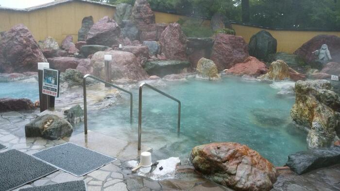 自慢は「カルナの館」の大きな露天風呂!日帰り温泉として開放されており、宿泊者であれば無料で利用できます。金太郎温泉には秘伝の入浴法というものがあるので、ぜひ試してみてくださいね。夏場はプールもオープン!子連れの方にもおすすめの宿です。
