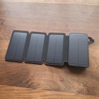 電気に頼らず充電することにも備えておくなら、ソーラーパネル付きのモバイルバッテリーがおすすめです。こちらは【FEELLE】の「ソーラーチャージャー」。太陽光なら1~2日ほどで蓄電できます。