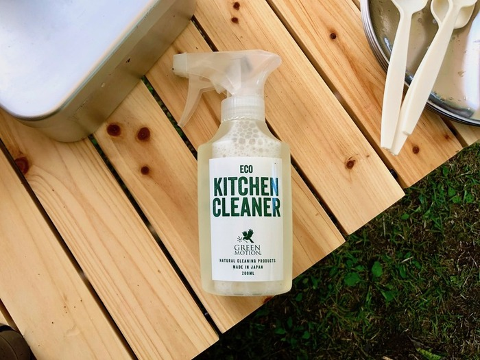 アウトドア派の人たちの間で最近人気が高まっているのが、【GREEN MOTION】の「エコキッチンクリーナー」。98%以上が水で出来ている洗剤で、食器の拭き掃除に使えると評判なんです。