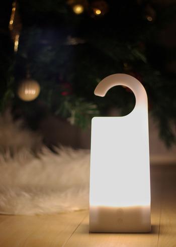 【無印良品】の優秀ライトは、その名も「持ち運びできるあかり」。充電式のLEDライトで、ハンガーのような持ち手が特徴です。