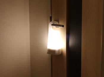 常夜灯として使うのはもちろん、充電台にセットしておくと停電時に自動で点灯する機能もありますよ。フックなどに掛けたり、懐中電灯代わりに持ち歩いたりと、いろんな使い道があります。