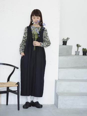 サロペットやジャンパースカートのようなアイテムは、インナーによってコーデの表情が変えられます。先ほどご紹介した「クリオネみたいなサロペット」の黒タイプに合わせたのは、同じくスカートでご紹介済みのクリスマスリースに使われる材料を描いた総柄のトップス。コーデを華やかにしてくれています。同柄のスカートとセットアップでワンピ風にも着られるので、上下で揃えるとコーデの幅が一気に広がりそう。