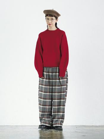 目にした瞬間「コーデまるごと真似したい!」と思える、まっ赤なセーターとチェック柄のワイドパンツコーデ。メンズライクな少しオーバーサイズのセーターは、袖にボリュームをつけてほんのり女性らしさを感じさせます。ウエストゴムでゆとりたっぷりのワイドパンツは、はき心地がとてもらくちん。赤いラインがアクセントになったチェック柄で冬らしく、そしてかわいいコーデに大活躍しそうです。