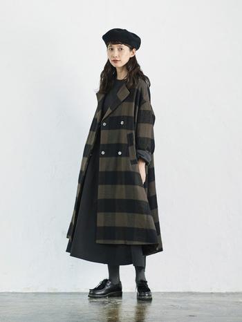 """裾幅たっぷりで歩くたびにドレープがゆらゆら揺れる女性らしいコートは、スタンダードな色づかいのブロックチェックでカジュアルにもガーリーにも合わせられる一着。ずっしり重たいアウターはデイリーに着づらいからと、軽い着心地にもこだわっています。ふんわりと厚みがあるのにとっても軽い生地は『シャトルノーツ』のもの。360度どこから見てもかわいいコートを着れば、存在感のある""""おしゃれさん""""になれそうです。"""