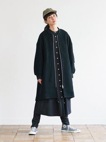 フライトジャケットとモッズコートのディティールを盛り込んだボーイッシュな雰囲気のコートは、オーバーサイズのシルエットやボリューム感で女性らしさも添えられています。大人っぽい黒にシルバーのファスナーがアクセントになって、クールな着こなしが楽しめそう。なかなか他にない、ほどよく個性的なデザインが人気を集めているのかもしれませんね。