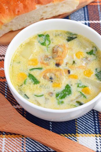 缶詰のあさりを使うことで、超簡単にクラムチャウダー風のスープが完成♪あっさりしつつも旨味たっぷりの一品が簡単に味わえます。  カレー粉を加えてアレンジするという裏技も・・・!