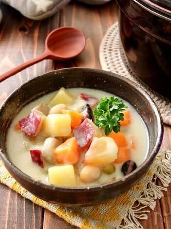 サツマイモ、ごぼうといった秋が旬の食材に、白だしやだし汁で味を調えた和風チャウダー。お味噌汁替わりの一杯としてピッタリの味わいです。  ゴロゴロ野菜は栄養バランス的にも優れていて、食欲の秋にぜひ試してみたいレシピです。