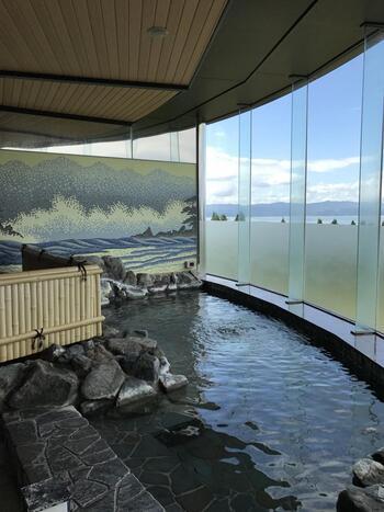 温泉は、大浴場と露天風呂の2種類。どちらも景色が良いと評判です。特に露天風呂からの眺めは絶景!朝と夜で男女の入れ替えが行われるので、一泊でも全ての温泉に入ることができますよ。温泉に浸かりながら、思う存分景色を楽しんでください。