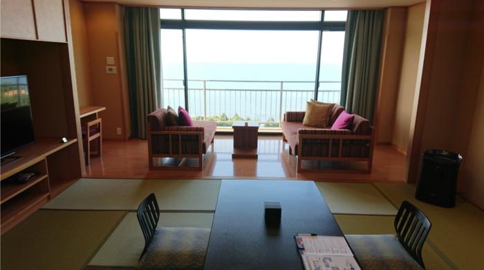 雨晴海岸から車で約5分のところにある雨晴温泉は、旅館「雨晴温泉 磯はなび」が営む温泉です。雨晴海岸を中心とした富山湾を一望できる小高い丘の上にあります。おしゃれで和モダンな雰囲気の旅館で、絶景を楽しめるコンセプトルームが人気です。