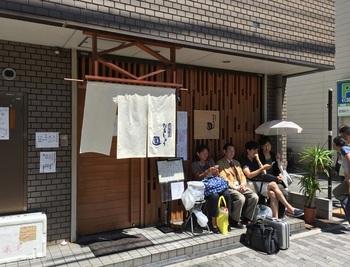 店は大阪市高速電気軌道/阪堺電気軌道・阿倍野駅から60秒。お昼時には行列が。  お取り寄せはこちらから。 ↓↓↓