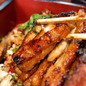 うなぎとは異なるあっさり・ふっくらした太刀魚の食感を愉しんで。  太刀魚は和歌山県の有田簑島港から直送された「紀の太刀魚」を使っているそう。