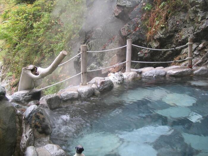 最も有名な温泉が、宇奈月温泉の源泉である黒薙(くろなぎ)温泉。黒部峡谷最古の温泉です。トロッコ電車の黒薙駅からは歩いて約20分。女性専用の露天風呂もあるので安心して利用できます。一駅先の鐘釣(かねつり)駅にある鐘釣温泉も黒部渓谷温泉群のひとつ。近くには夏でも溶けない万年雪があり、散策スポットとしても人気です。
