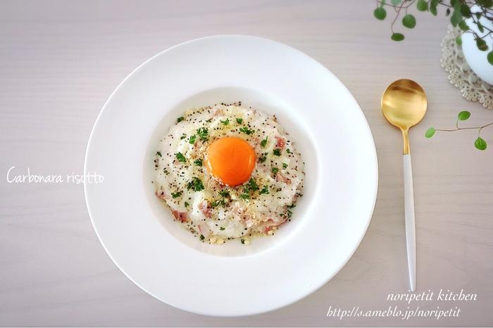 パスタを茹でるのとは違い、余ったご飯を活用するからこそ、超お手軽♪あっという間にカルボナーラリゾットが味わえるレシピです。  後乗せの卵黄を混ぜながらいただけば、味に変化がついて、飽きることなくペロリと平らげてしまうはず!