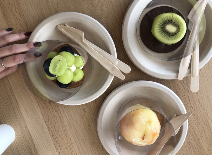 魚津埋没林博物館の敷地内には、見た目はフルーツなのに、中身はケーキというユニークなスイーツが食べられるカフェ「KININAL(キニナル)」があります。ナイフで切込みを入れてみると、中からクリームが!新感覚のスイーツです。ドリンクメニューもあるので、ひと休みにぜひ♪
