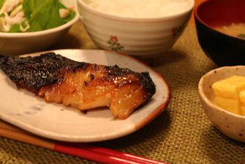 酒粕白味噌漬にした切り身を、桜の葉で巻いて香り付けした『鰆の桜葉漬』は、春限定の味。