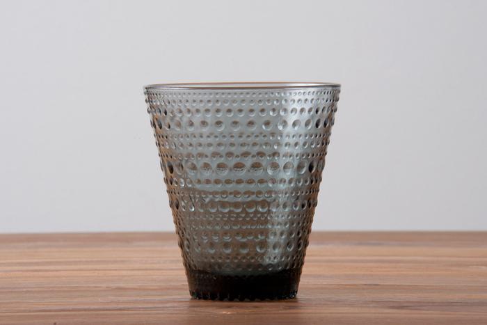 """こちらは1964年に世界的に有名なデザイナー、Oiva Toikka(オイヴァ・トイッカ)によってデザインされた「Kastehelmi(カステヘルミ)」シリーズのグラスです。フィンランド語で""""露のしずく""""を意味するカステヘルミは、その名の通り、まるで朝露のような繊細で美しいドット模様が特徴です。"""