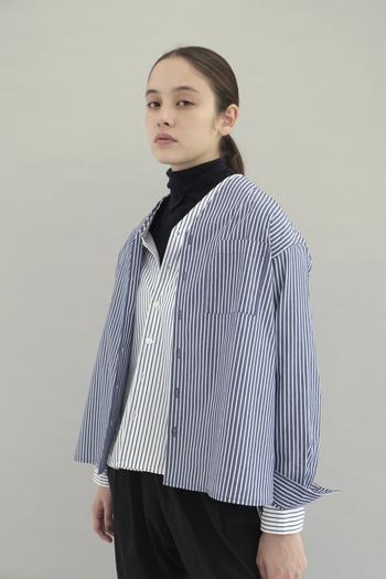 アウターが主役になってしまう冬コーデですが、おしゃれさんならコートを脱いでもぬかりなく。定番のシャツスタイルは、こなれたノーカラーのVネックをチョイス。閉めても開けても使え、前後で丈の長さが異なったデザインです。一枚でそのまま着ても、シャツonシャツでモードに着こなしても、旬顔に決まるアイテムです。