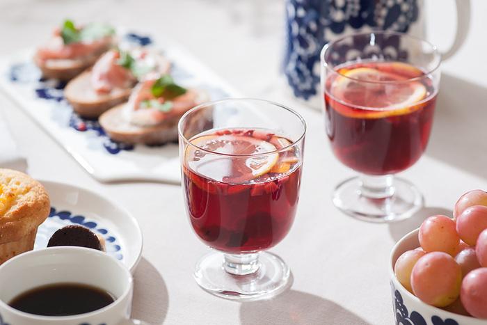 ガラスメーカーの伝統を継承しつつモダンに進化し続けるイッタラの製品は、北欧らしいシンプルかつスタイリッシュなデザインが特徴です。水やお茶、ジュースにお酒など、どんな飲み物にも気軽に使えるので、普段の食卓からおもてなしまで幅広いシーンに活躍してくれます。