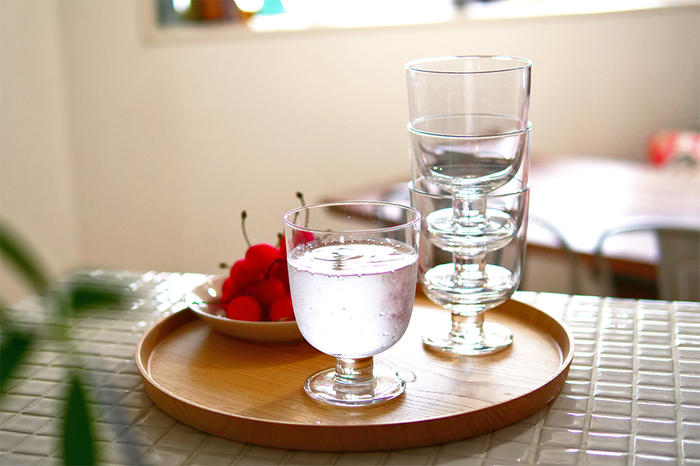 洗練された美しいデザインだけではなく、素材や実用性にもこだわって作られるイッタラのグラスは、人体や環境に有害な影響を及ぼす「鉛」を一切使用していないというのも特徴です。健康面にも配慮して作られる数々のガラス製品は、結婚祝いや引っ越し祝いなど特別なギフトにも大人気です。