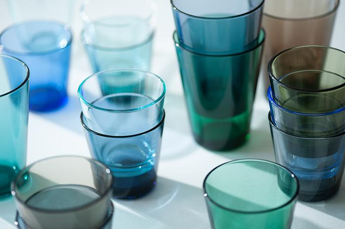 デザイン性と実用性を兼ね備えたイッタラのグラスは、多彩なカラーバリエーションも大きな魅力です。どんな食卓にも馴染むクリアカラーをはじめ、ブルー・ピンク・グリーン・グレーなど、食卓を華やかに彩るおしゃれなカラーが展開されています。