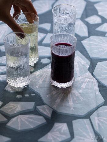 こちらは世界的に有名なデザイナー、Tapio Wirkkala(タピオ・ヴィルカラ)がデザインした「Ultima Thule(ウルティマツーレ)」シリーズのグラスです。1968年に誕生して以来、世界中のファンから愛され続けている人気シリーズのひとつ。フィンランドの北端に位置するラップランドの氷が解ける様子を表現したウルティマツーレは、凸凹のある立体的な模様と独特の質感が特徴です。