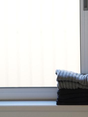 窓際に窓拭き用の布を置いておくのも良いですよ。インテリアの邪魔にならない色合いの布なら、置いてあっても気になりません。結露ができたときにささっと拭けば、即ストレスフリーに。