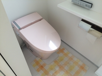 トイレマットやカバー類はこまめに洗濯できないとホコリ溜まりとニオイの原因になります。「なんとなく使わなければならない気がする」という理由で使っていて、必要性をそれほど感じていない場合などは「使わない」という選択もおすすめです。