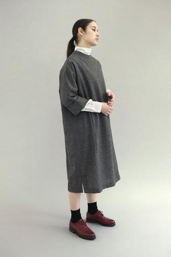 一枚で決まる上品なワンピースは、一着は持っておきたいもの。ストンと落ちたIラインシルエットのワンピースは、トレンドを押さえつつ品を感じさせる一枚です。落ち着いたグレンチェックがクラシカルな装いにもトラッドな着こなしにも決まるので、シーン問わず着こなせます。モックネックのインナーを合わせれば、また違った印象に。