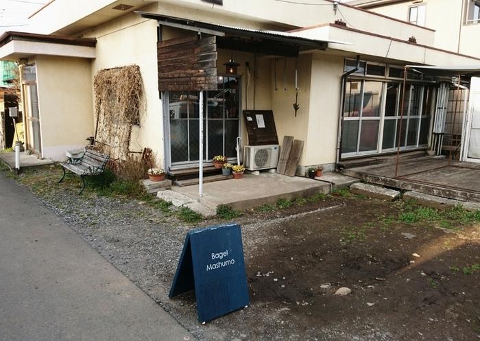 栃木県宇都宮市にある「Bagel Mashumo(ベーグルマシュモ)」は、独学でベーグル作りを学んだというご夫婦が営むベーグル店。住宅街の中にひっそりとたたずむ隠れ家のような雰囲気ですが、売り切れ必至の人気店なんですよ。