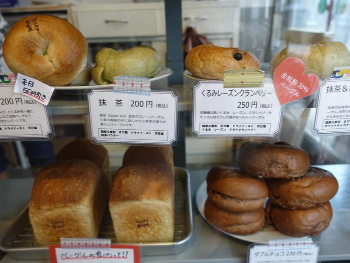 日替わりで毎日5~6種類並ぶベーグルたちは、北関東産の小麦粉「ゆめかおり」と北海道の「はるゆたかブレンド」を半分ずつブレンドして作られています。定番の味から季節限定のもの、店長の気まぐれなど、訪れるたびに新しいベーグルに出合えますよ。