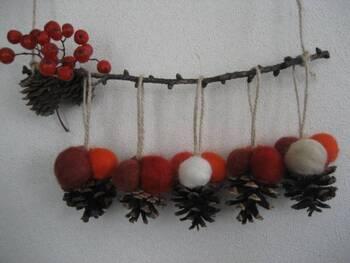 ふわふわ~っとした羊毛フェルトを使えば、こんなに可愛いボールの飾りもつくれます!  やさいい雰囲気で、おもわず触りたくなる愛らしさですね♪