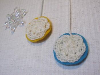 編み物が出来る方は、こちらのオーナメントのアイデアはいうかがでしょう。  雪の結晶に見立てて白い毛糸を編み、その土台としてフェルトをつけたら完成です*