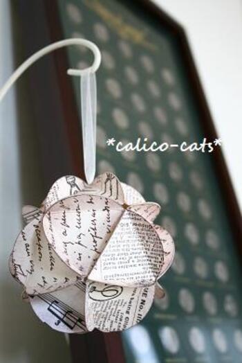 まるでバラの花が丸くなったよう*  丸く切り抜いた紙を組み合わせることで、可愛いフラワーボールを作ることが出来ます。上にリボンを取り付ければ、雰囲気にもぴったり。