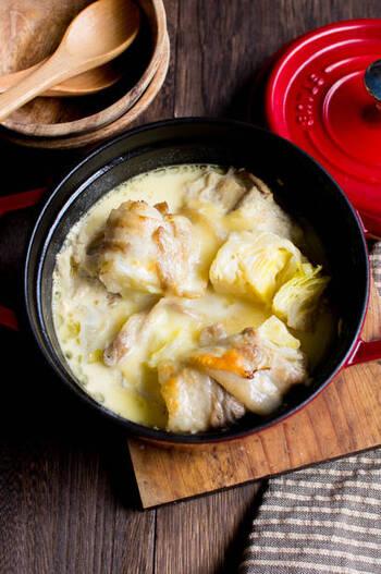 いざ作ろうとすると、いろいろと手間がかかるロールキャベツ。ですが、こちらのレシピは、「肉でキャベツを巻く」という逆転の発想で超簡単プロセスに・・・!  煮込む前にしっかりと焦げ目をつけるのが、おいしさのコツ。まろやかな豆乳スープに香ばしさの加わった絶品の一皿が出来上がります・・・!