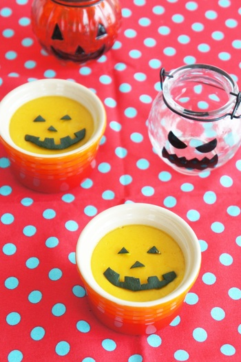 レンジでチンしたカボチャに、豆乳・砂糖を加えて加熱したらゼラチンで固めるだけ!  プリンのお供のカラメルソースも、メープルシロップを加熱して代用するという簡単レシピなので、思い立ったらすぐ作れます♪  しかも、1つ135kcalとローカロリーなのも魅力的!食後のお楽しみにピッタリのデザートです♪
