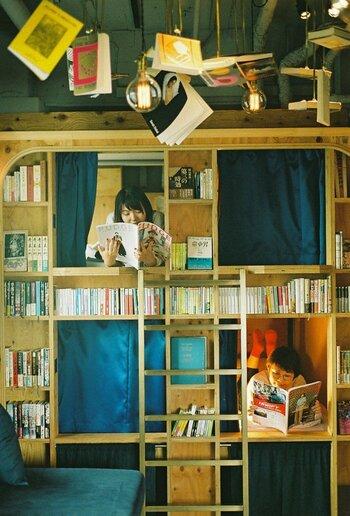 本棚の中にある宿泊空間は、まるで子供の頃に遊んだ秘密基地のようですね。個室にはセキュリティボックスもあるので、パソコンやお財布、携帯などの貴重品を預けることもできます。貴重品のことを気にせず、好きな本に夢中になれるなんて嬉しいですね。
