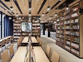 名古屋の伏見駅から徒歩3分。24時間営業の本屋とブックカフェを併設したというユニークなホテルが、こちらの「ランプライトブックスホテル(LAMPLIGHT BOOKS HOTEL)」です。