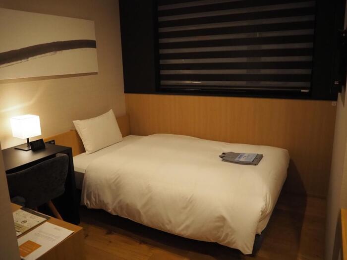 お部屋はモダンでシンプル。そして機能的にできています。通常のシングル、ツインなどのほか、ロフトベッドタイプのお部屋や、自転車を持って入室できるバイシクルルームなど、お客様のスタイルに合わせてチョイスすることができますよ。