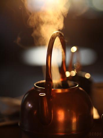 秋から冬にかけては空気が乾燥して、喉に不調を感じることも多い季節です。朝、起きて、まずたっぷりのお湯を沸かすと、お部屋にも潤いを与えることができます。