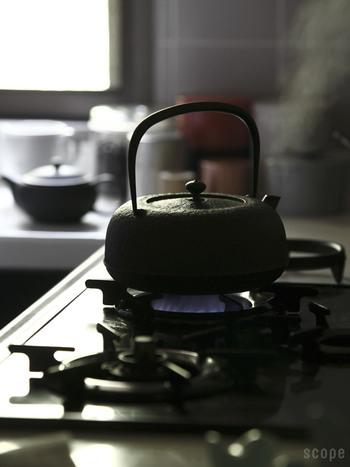 白湯を作るときに、鉄瓶を使えば手間なく鉄分も摂取することができるようになります。鉄瓶で沸かしたお湯は、まろやかで白湯にしたときの味わいが一層良くなります。
