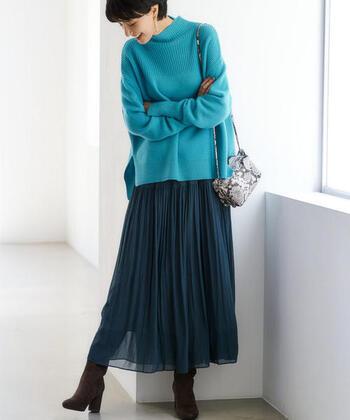 明るめのターコイズブルーがパッと目を引く、ゆるニット×フレアスカートのコーディネートです。同系色で一体感のある着こなしに仕上げつつ、ブラウンのブーツで季節感もしっかりアピール。アニマル柄のミニショルダーバッグを、ワンアクセントに上手に活用しています。