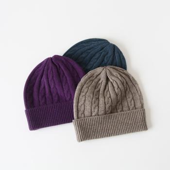 細かいケーブル編みが連なったデザインが、シンプルな中にちょっぴり個性派な印象を与えるニット帽です。ヤクという動物の毛を使い、肌触りと保湿性に富んだアイテムに作り上げています。カラーはブラウン・ティールブルー・パープルの3色展開。