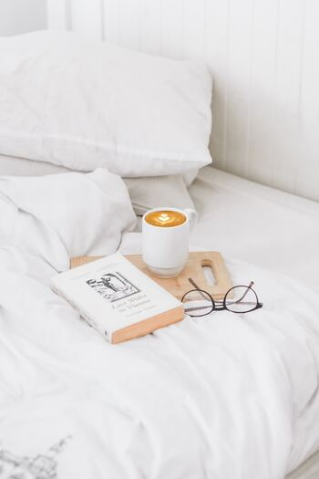 「冬うつ」対策では、リラックスして過ごすことも役立ちます。心が落ち着くインテリア、時間を忘れて楽しめる趣味、ゆっくりと落ち着ける時間など、リラックスのコツはさまざま。心からくつろげることを探してみましょう。お風呂でゆっくり温まったり、ストレッチで体をほぐしたり、読書をしたり、ちょっとした習慣がストレス解消につながるので、ささいなことでいいので試してみてくださいね♪