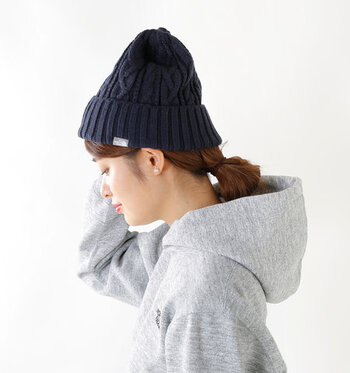 「THE NORTH FACE(ノースフェイス)」のニット帽は、ケーブル編みで柔らかな印象に仕上げたアイテム。デザインはとってもシンプルなので、男女問わずに活用できます。寒い季節のお揃いアイテムとしても、おすすめのニット帽です。